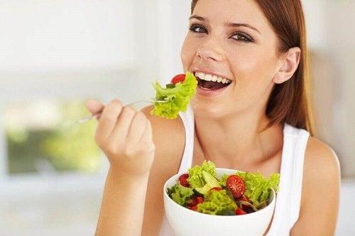 fată care încearcă să slăbească 10 mod ușor de a pierde în greutate